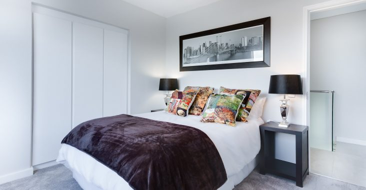 Bed in slaapkamer